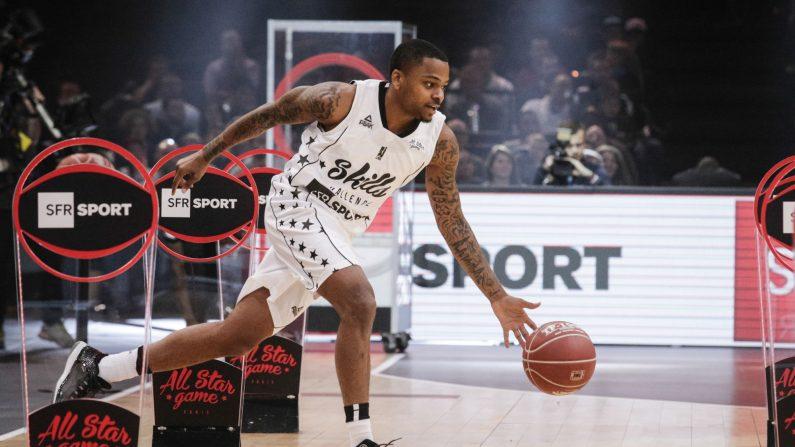 El basquetbolista, DJ Cooper, participa en un desafío de habilidades antes de un partido de baloncesto All Star Game de la Ligue Nationale de Basket (LNB) francesa en AccorHotels Arena, en París el 29 de diciembre de 2016. (Geoffroy Van Der Hasselt/AFP/Getty Images)