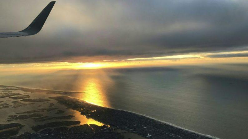 Un avión que despega del aeropuerto John F. Kennedy vuela sobre Long Beach en Long Island, Nueva York. Imagen de archivo. DANIEL SLIM / AFP / Getty Images)