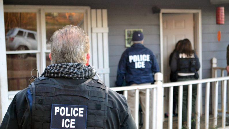 El Servicio de Inmigración y Control de Aduanas de EE.UU. lleva a cabo una operación dirigida a fugitivos de inmigración, reingresos y extranjeros criminales en una fotografía de archivo. (Bryan Cox/ICE a través de Getty Images)