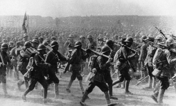 Tropas comunistas del Ejército Rojo Chino en marcha durante el asalto a Shanghai al final de la Guerra Civil China, 21 de mayo de 1949. (Keystone/Hulton Archive/Getty Images)