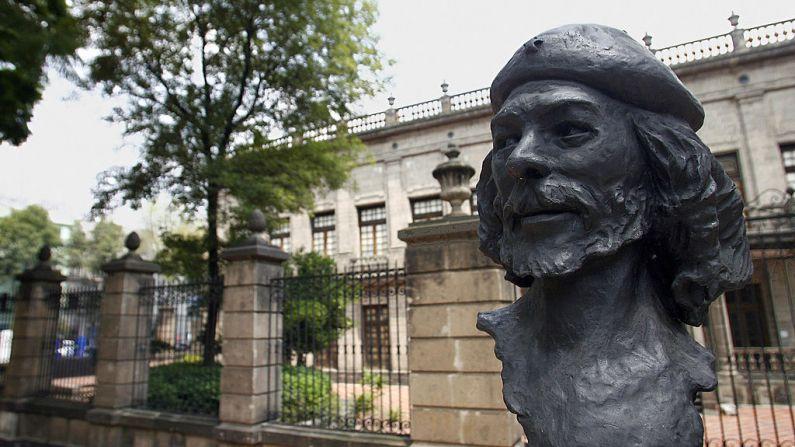 Un busto del líder revolucionario cubano Ernesto Che Guevara,  se exhibe en el parque San Carlos de la Ciudad de México, el 18 de septiembre de 2007. (ALFREDO ESTRELLA/AFP/Getty Images)