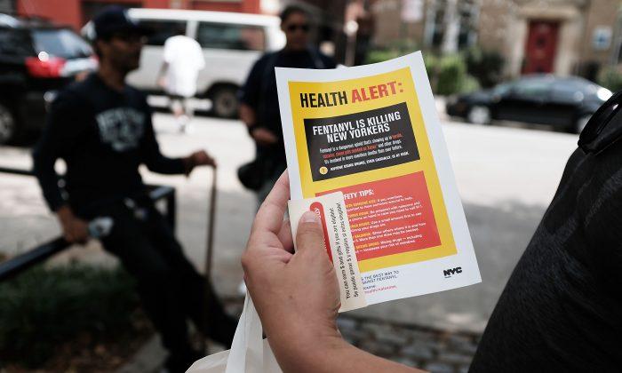 Un usuario de heroína lee una alerta sobre el fentanilo en la ciudad de Nueva York, el 8 de agosto de 2017. (Spencer Platt/Getty Images)