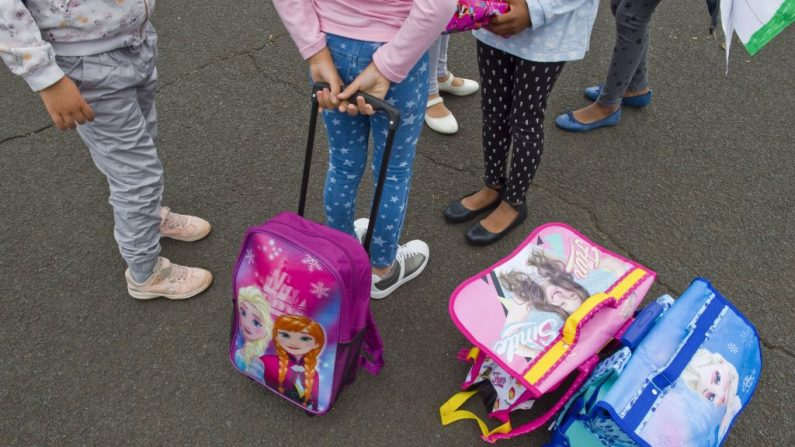 Foto de archivo de unas niñas en la escuela con llevando sus mochilas. (THIERRY ZOCCOLAN/AFP/Getty Images)
