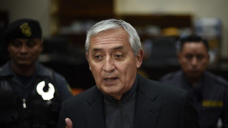 El expresidente guatemalteco Otto Pérez Molina habla con la prensa cuando sale de la corte de la Ciudad de Guatemala, el 27 de octubre de 2017. (JOHAN ORDONEZ/AFP/Getty 