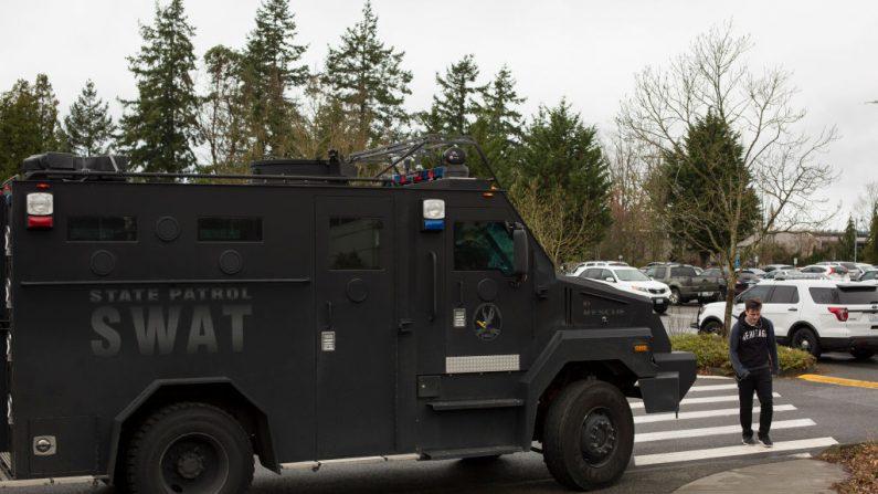 Imagen de archivo de vehículo de equipo SWAT después de amenaza de un tirador activo. (David Ryder/Getty Images)