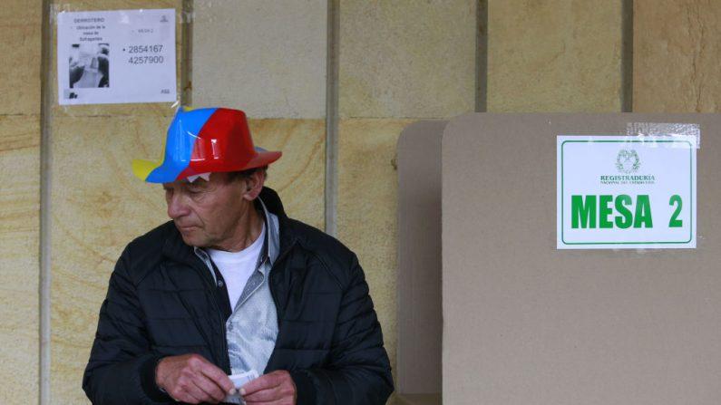 Un hombre vota en un colegio electoral de Bogotá durante la segunda vuelta de las elecciones presidenciales en Colombia el 17 de junio de 2018. (JOHN VIZCAINO/AFP/Getty Images)