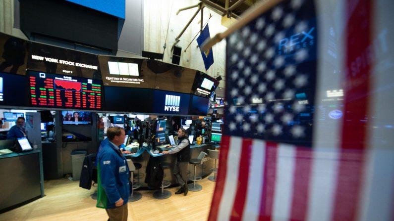 Comerciantes trabajan en el piso en la campana de cierre del Dow Industrial Average en la Bolsa de Nueva York el 25 de junio de 2018 en Nueva York. (Bryan R. Smith/AFP/Getty Images)