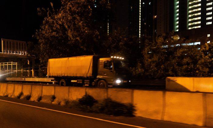 Los vehículos militares del Ejército Popular de Liberación de China (EPL) se desplaza a Hong Kong en la madrugada del jueves, cuando el medio de comunicación estatal Xinhua informó que se trataba de una rotación anual de rutina, en Hong Kong el 29 de agosto de 2019. (Billy H.C. Kwok/Getty Images)