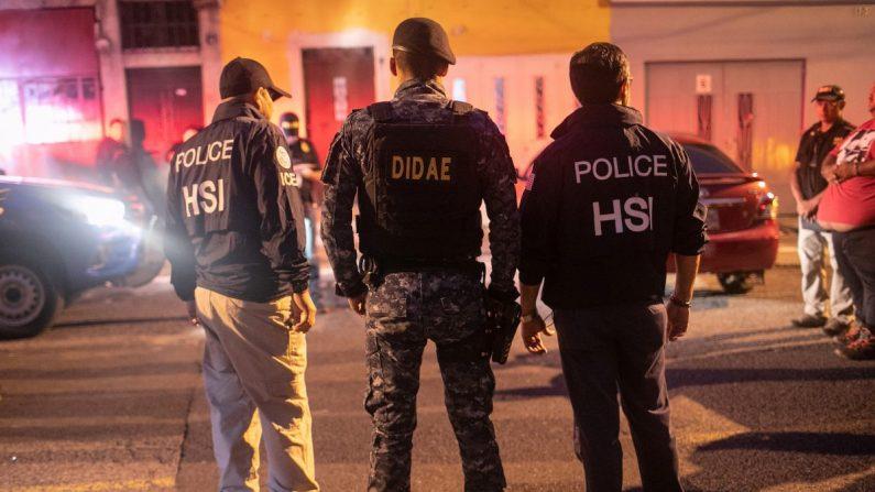 En esta imagen de archivo, agentes de ICE con la Oficina de Investigaciones de Seguridad Nacional de EE. UU. (HSI) y un policía guatemalteco (C) durante una redada matutina el 29 de mayo de 2019 en la Ciudad de Guatemala. (John Moore/Getty Images)