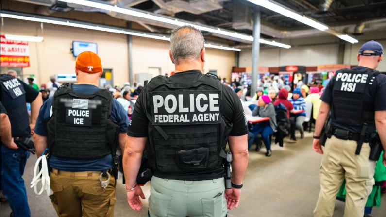 ICE arresta a presuntos trabajadores inmigrantes ilegales durante una operación en un centro de trabajo en una planta procesadora de carne en Canton, Mississippi, el 7 de agosto de 2019. (ICE)