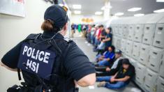 Encuentran 18 menores entre los 680 trabajadores ilegales arrestados por ICE en Mississippi