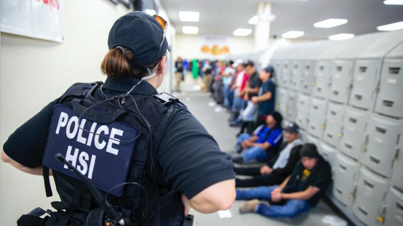 ICE realiza una operación en un centro de trabajo en Canton, Miss., el 7 de agosto de 2019. (ICE)