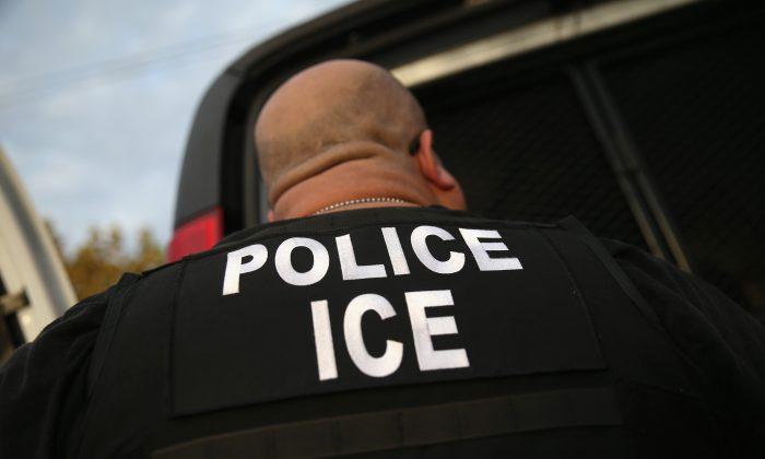 Un agente del Servicio de Inmigración y Control de Aduanas deteniendo a un inmigrante ilegal en una fotografía de archivo. (John Moore/Getty Images)