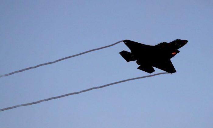 Um caça israelense F-35 se apresenta durante um show aéreo na cerimônia de formatura dos pilotos israelenses na base da Força Aérea Israelense em Hatzerim, no deserto de Negev, perto da cidade de Beer Sheva, em 27 de junho de 2019 (JACK GUEZ / AFP / Getty Images)