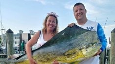 Mujer de Maryland pesca un Mahi Mahi de 34 kilos y rompe un récord de pesca