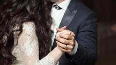 Queda paralizada y el diagnóstico es fatal, pero su novio la sorprende con el primer baile de boda