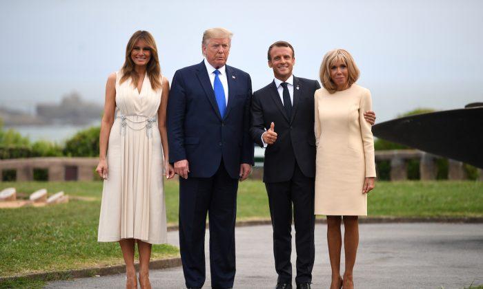 El presidente Donald Trump y la primera dama Melania Trump (iz), el presidente francés Emmanuel Macron y su esposa Brigitte Macron (d) posan para una fotografía antes de una cena de trabajo en el faro de Biarritz en Biarritz, Francia, el 24 de agosto de 2019. (Neil Hall-Pool / Getty Images)