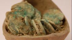 Pareja descubre gran tesoro con 2600 monedas de plata en Inglaterra usando un detector de metales