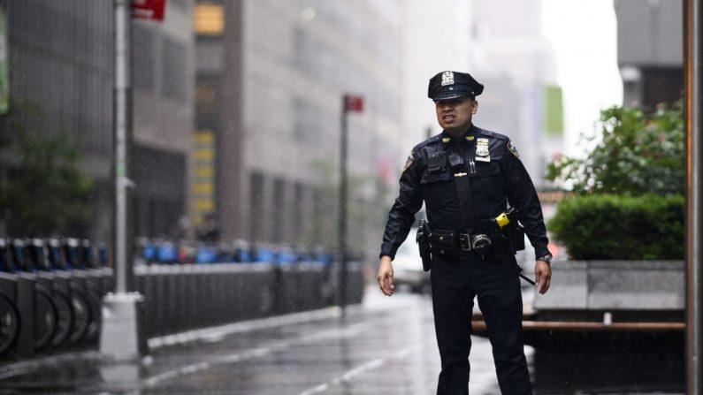 En esta imagen de archivo, un policía mira una calle en el centro de Manhattan en Nueva York, el 10 de junio de 2019. (Johannes Eisele/AFP/Getty Images)