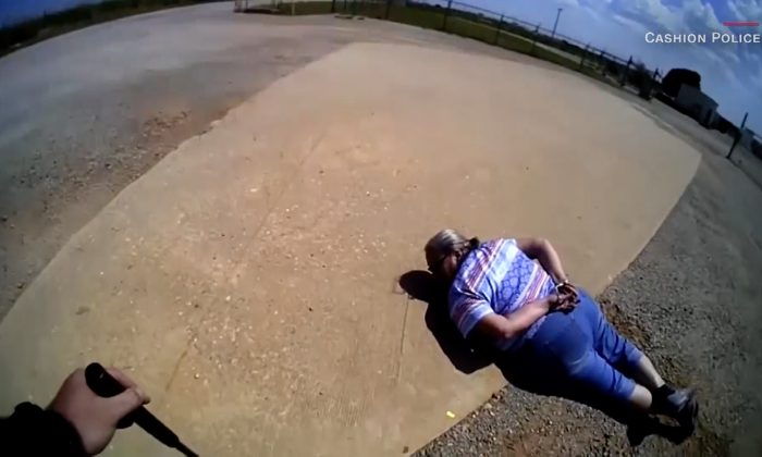 Debra Hamil, de 65 años, en el suelo después de luchar contra un oficial del Departamento de Policía de Cashion. (Captura de pantalla de vídeo a través de Cashion Police Department/CNN)