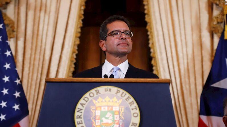 El abogado Pedro Pierluisi se dirige este viernes a los medios tras ser juramentado como Gobernador de Puerto Rico, en San Juan (Puerto Rico). (EFE/ Thais Llorca)
