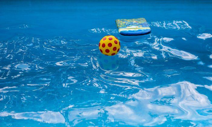 Imagen de archivo de una piscina con juguetes inflables. (Pixabay)