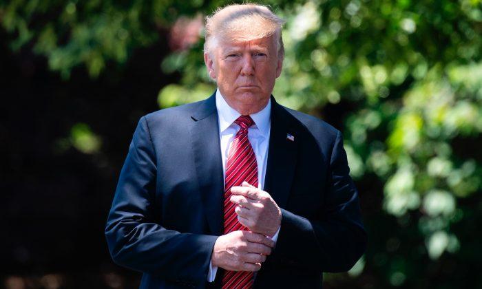 El presidente Donald Trump sale caminando de la Oficina Oval para hablar con los periodistas en la Casa Blanca el 11 de junio de 2019. (Jim Watson/AFP/Getty Images)