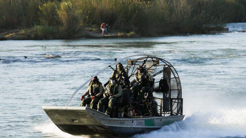 Un barco de Aduanas y Protección Fronteriza de EE.UU. patrulla el Río Grande en Eagle Pass, Texas, el 16 de febrero de 2019. (Charlotte Cuthbertson/La Gran Época)