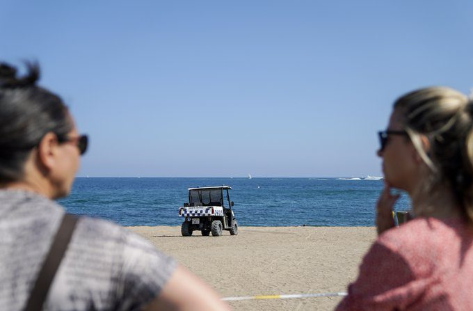 Las autoridades españolas cierran playa de San Sebastian el 25 de agosto por la presencia de un artefacto explosivo. (Ayuntamiento de Barcelona)
