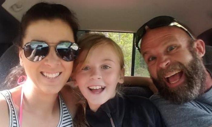 Shaylyn Bergeson (centro), de nueve años, junto con su madre, Jesi Bergeson (izq.) y su padre, Kurt Bergeson. (GASTOS MÉDICOS DE SHAYLYN BERGESON a través de GoFundMe)