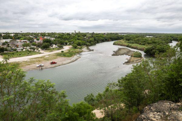 Una vista del Río Grande con la ciudad mexicana de Miguel Alemán a la izquierda, desde Roma Bluffs cerca de Río Grande City, Texas, el 22 de marzo de 2019. (Charlotte Cuthbertson/La Gran Época)