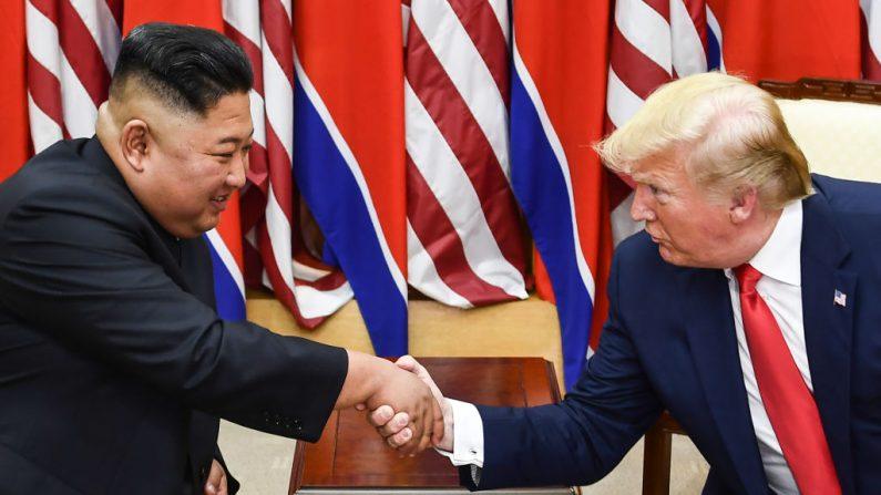 El líder de Corea del Norte, Kim Jong Un y el presidente de los Estados Unidos, Donald Trump, se dan la mano durante una reunión en el lado sur de la Línea de Demarcación Militar que divide a Corea del Norte y del Sur, en el Área de Seguridad Conjunta (JSA) de Panmunjom en la zona desmilitarizada ( DMZ) el 30 de junio de 2019. (Brendan Smialowski/AFP/Getty Images)