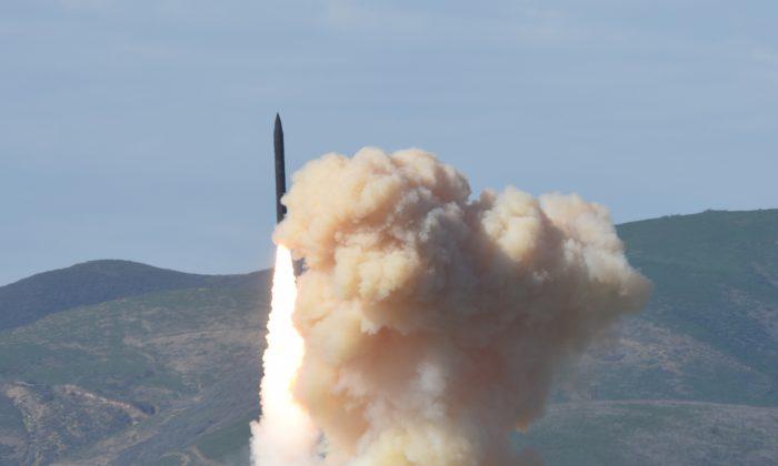 Un interceptor de tierra de largo alcance es lanzado desde la Base Vandenberg de la Fuerza Aérea en California, EE. UU. (Agencia de Defensa de Misiles del Departamento de Defensa)