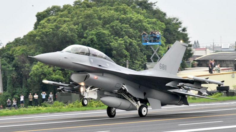 Un avión de combate F16V aterriza en la autopista en el condado de Changhua, en el centro de Taiwán, durante el 35° simulacro Han Kuang, el 28 de mayo de 2019. (Sam Yeh/AFP/Getty Images)