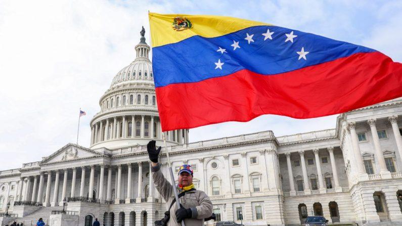 Un hombre ondea la bandera venezolana frente al edificio del Capitolio en Washington el 7 de marzo de 2019. (Charlotte Cuthbertson/La Gran Época)