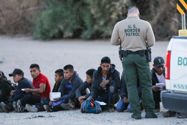 La Patrulla Fronteriza detiene a un grupo de extranjeros ilegales después de cruzar de México a Yuma, Arizona, el 12 de abril de 2019. (Charlotte Cuthbertson/La Gran Época)