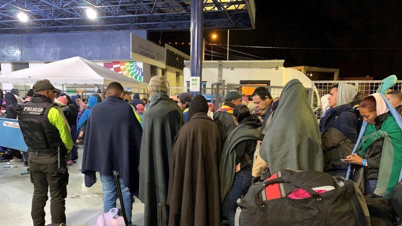 Migrantes venezolanos a la medianoche del 26 de agosto de 2019 en la terminal de Rumichaca, en la frontera entre Colombia y Ecuador, que se vació esta madrugada apenas dos horas después de que entrara en vigor un nuevo requisito de visa humanitaria.  EFE/ Elías L. Benarroch