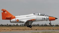 Filman avión caza español estrellándose en el mar en picada: autoridades buscan al piloto