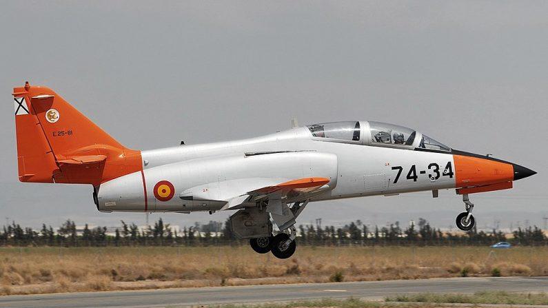 Avión caza C101 en el aeropuerto de Murcia San Javier. (Wikimedia)