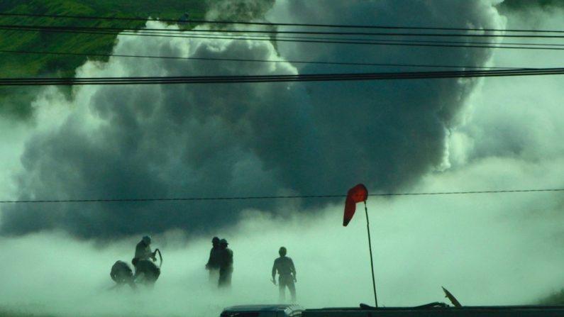 Efectivos de bomberos y Protección Civil trabajan para contener una fuga de gas de un ducto que se mantiene sin control en la ciudad de Nextlalpan, en el Estado de México (México). EFE/Mario Guzmán