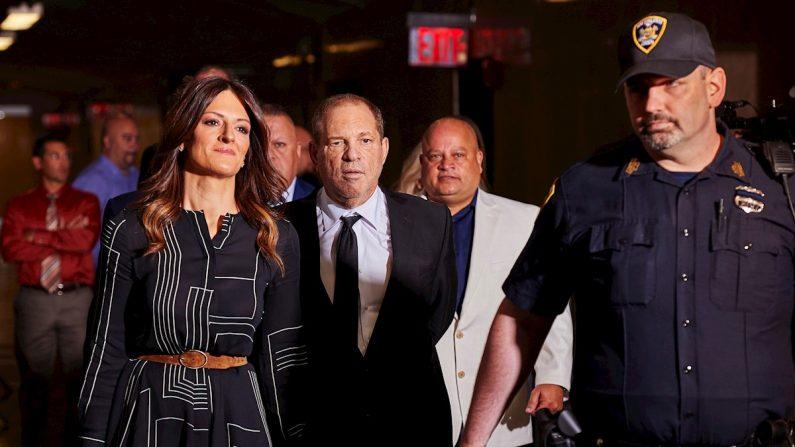 El productor cinematográfico Harvey Weinstein (C), acompañado por la abogada Donna Rotunno, llega a la Corte Suprema del Estado de Nueva York para una audiencia relacionada con su próximo juicio por cargos de violación y agresión sexual en Nueva York, EE.UU., el 26 de agosto de 2019. EFE/EPA/JAMES KEIVOM