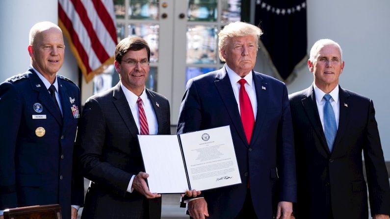 El Presidente de EE.UU. Donald J. Trump (2-der), el Vicepresidente de EE.UU. Mike Pence (der), el Comandante del Comando Espacial de EE.UU., el General de la Fuerza Aérea de EE.UU. John Raymond (izq) y el Secretario de Defensa Mark Esper (2-izq) posan juntos después de la firma de un memorando por el que se establece el Comando Espacial de los Estados Unidos en el Jardín de Rosas de la Casa Blanca, en Washington, D.C., el 29 de agosto de 2019. EFE/EPA/MICHAEL REYNOLDS