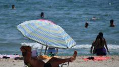 Niño de 13 años es empalado por una sombrilla voladora en una playa de Massachusetts