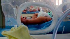 Recém-nascido morre desidratado porque sua mãe estava amamentando sem perceber que não tinha leite