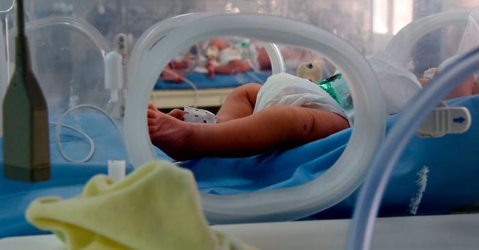 Foto ilustrativa de um bebê dentro de uma incubadora (FETHI BELAID / AFP / Getty Images)