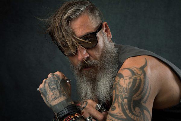 hombre tatuado, lentes, cara brazo