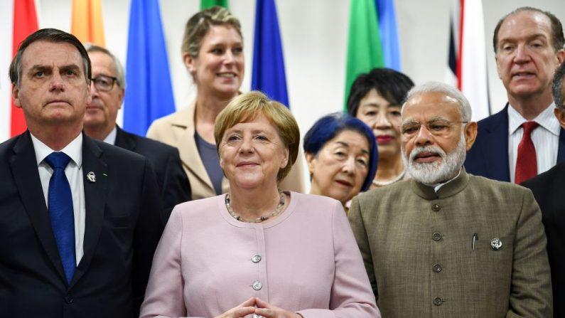 (Esq-Dir) O presidente do Brasil, Jair Bolsonaro, a chanceler da Alemanha, Angela Merkel, e o primeiro-ministro da Índia, Narendra Modi, participam de um evento sobre o empoderamento das mulheres durante a Cúpula do G20 em Osaka, em 29 de junho de 2019 (Fotografia por BRENDAN SMIALOWSKI / AFP / Getty Images)
