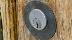 Un tenedor puede convertirse en una cerradura portátil con este sencillo truco