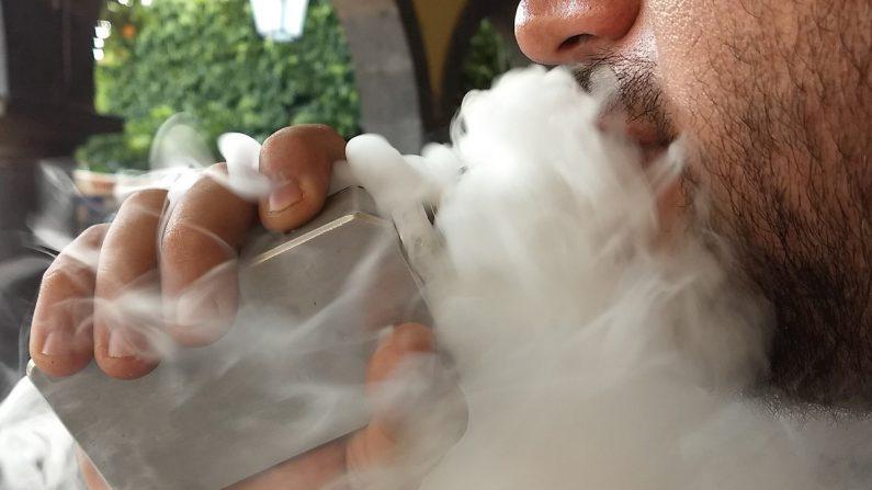 Los CDC señalaron que detectaron más de 149 casos posibles de enfermedades pulmonares graves asociadas a los cigarrillos electrónicos. EFE/Brenda Ramos/Archivo