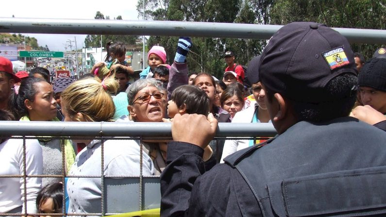 Migrantes venezolanos protestan en el puente Rumichaca, frontera entre Ecuador y Colombia el 26 de agosto de 2019. EFE/ Elías Levy Benarroch